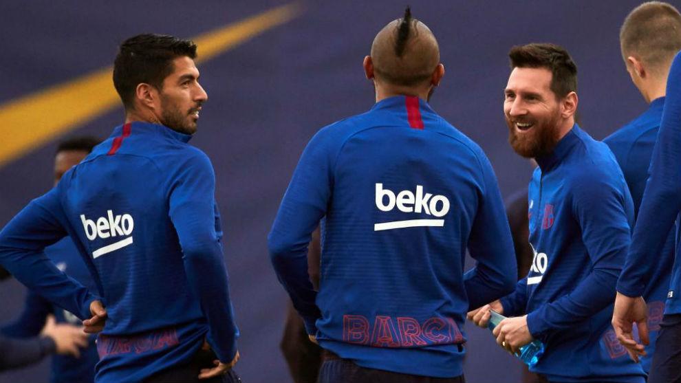 Luis Suárez, Arturo Vidal y Messi, en una sesión.