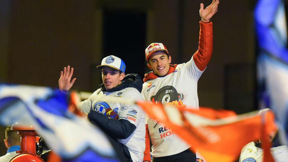 Álex y Marc Márquez, celebrando el título en Cervera el pasado...