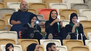 Varias mujeres en un partido en el estadio King Abdullah donde se...