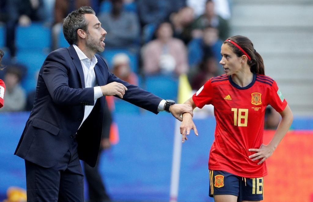 Jorge Vilda da instrucciones a Aitana Bonmatí durante el Mundial.