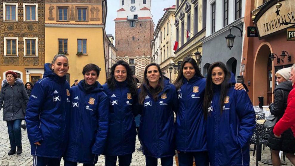 Las jugadoras de la selección española dando un paseo por la ciudad...