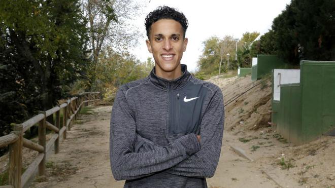 Ouassim Oumaiz posa en una senda de tierra del Centro de Alto...
