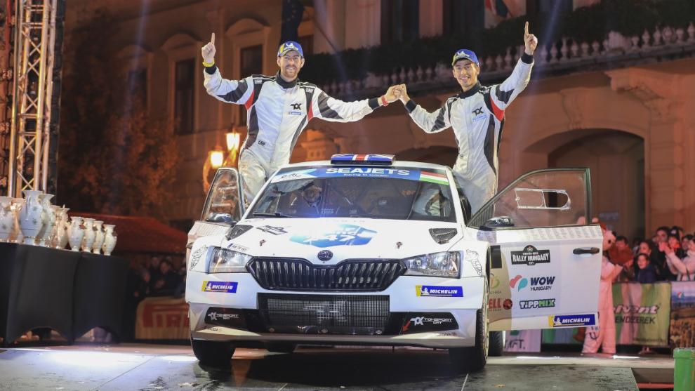 El inglés y su copiloto, Ross Whittock, en el podio del Rally de...