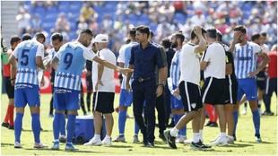 Víctor Sánchez del Amo, con sus jugadores, al término de un partido