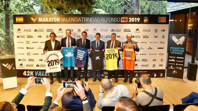 Los presidentes de los principales clubes  posan con sus camisetas.