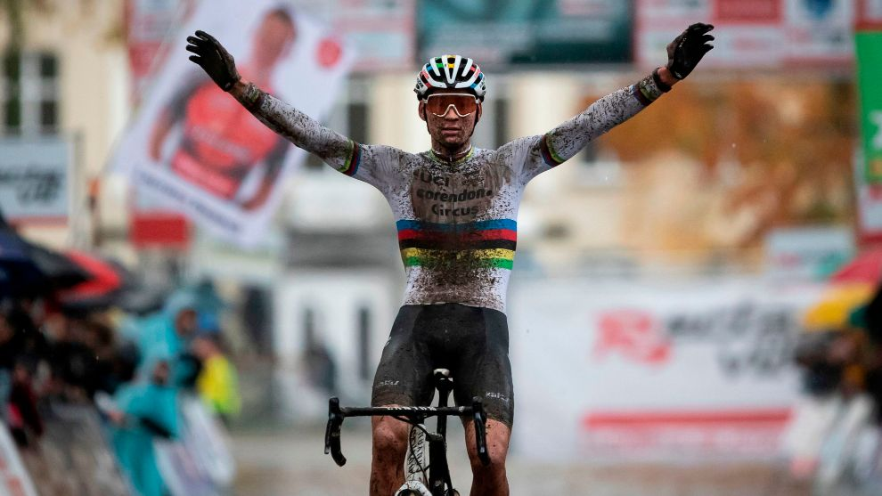 Mathieu van der Poel celebra el triunfo.