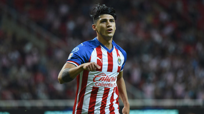 Alan Pulido celebra un gol con las Chivas.
