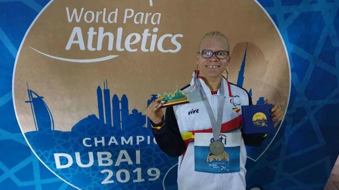 Adiaratou Iglesias posa con la plata mundial en los 100 metros en...