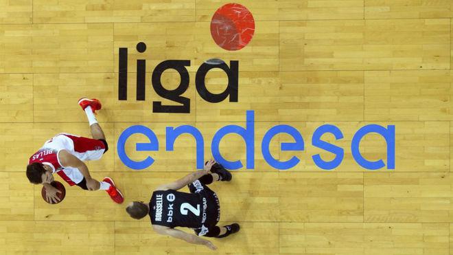 Tomás Bellas conduce el balón en un Fuenlabrada vs Bilbao Básket.