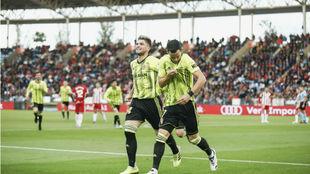 Linares se besa el escudo tras marcar gol ante el Almería.