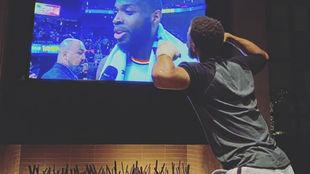 Stephen Curry viendo un partido de los Warriors tras su operación en...