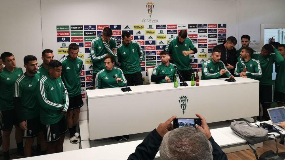 La plantilla del Córdoba, durante la lectura de un comunicado el...