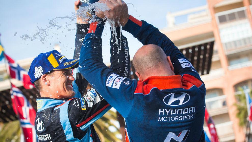 Dani Sordo, en el podio del Rally de Cataluña con su jefe, Andrea...