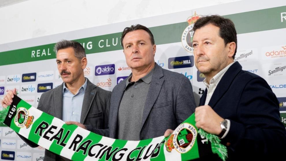 Parralo, en el centro, junto a José Luis Molina y Víctor Alonso en...