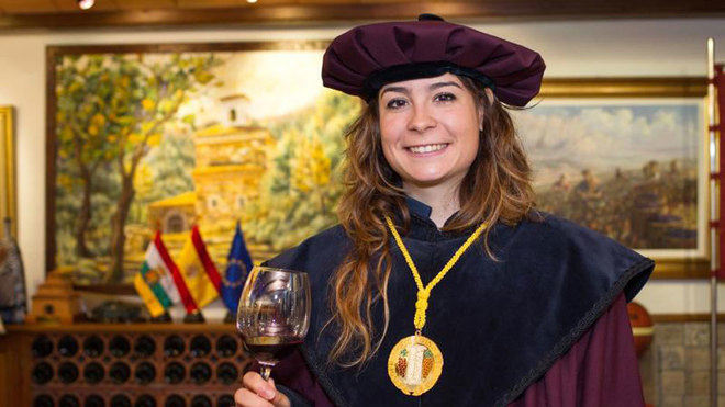 Sheyla Gutiérrez, nueva cofrade de mérito del Vino de Rioja.