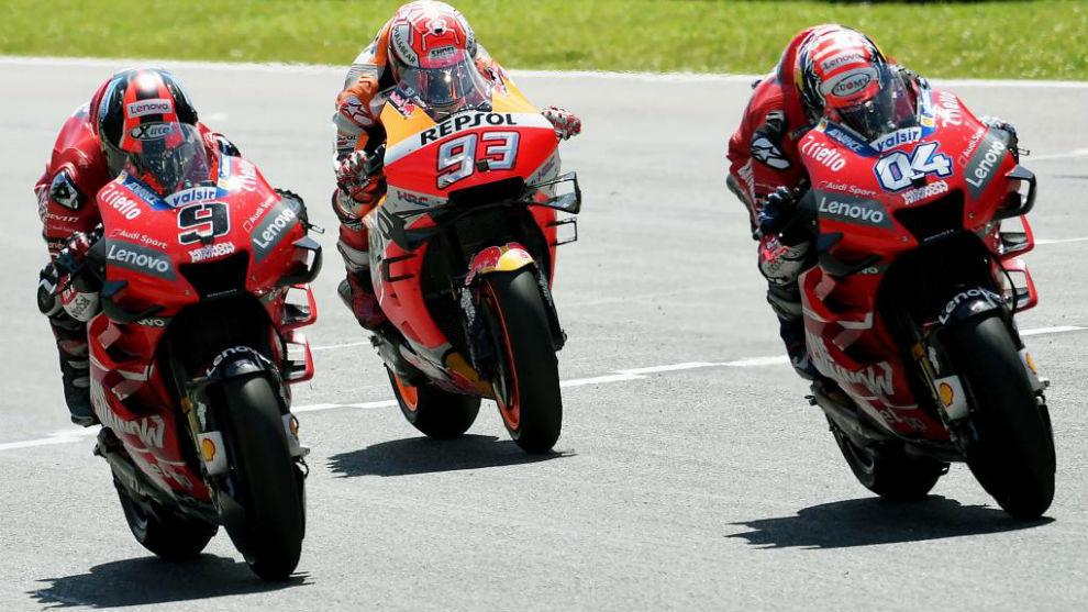 Marc Marquez, escoltado por las dos Ducati oficiales en el pasado Gran...