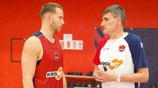 Stauskas y el entrenador del Baskonia, Perasovic, charlan durante un...