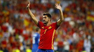 David Villa dice adiós durante un partido con España.