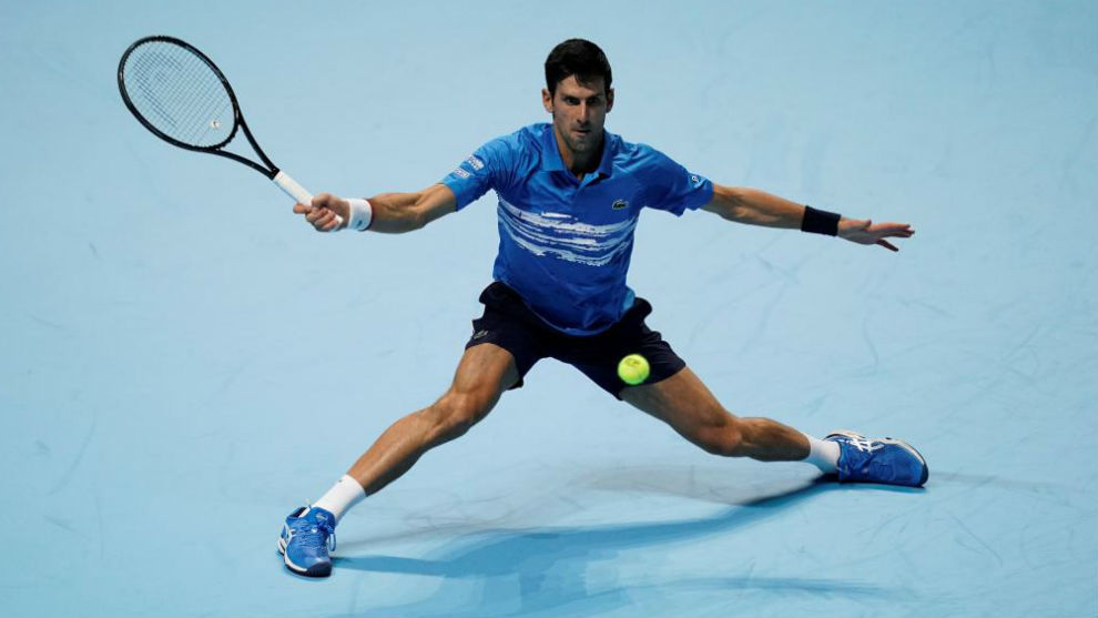 Djokovic intenta devolver una pelota