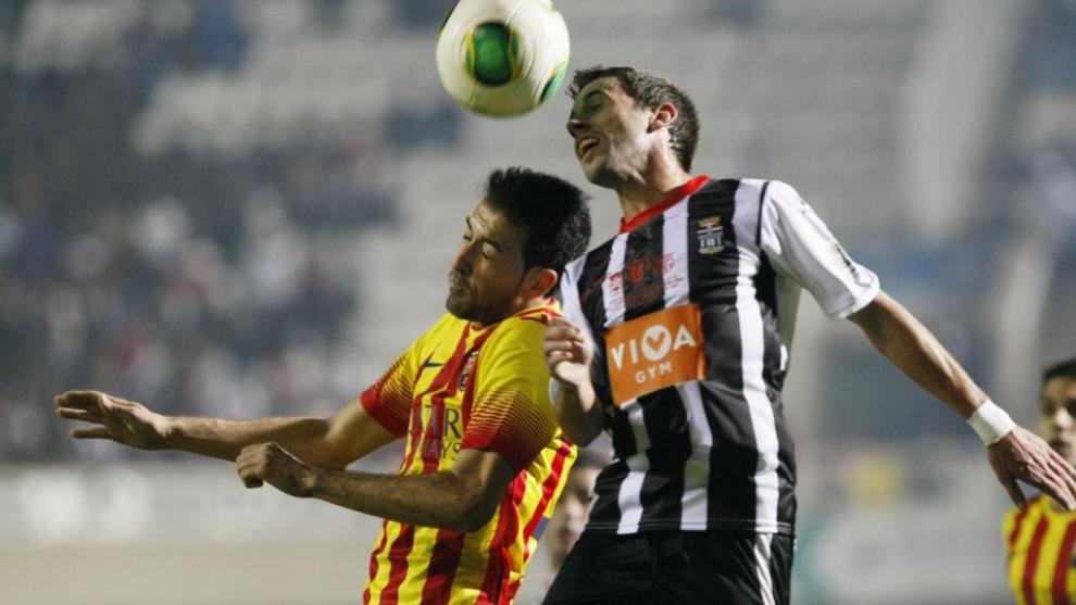 Busquets pugna con un jugador del Cartagena en el Cartagonova en 2013.