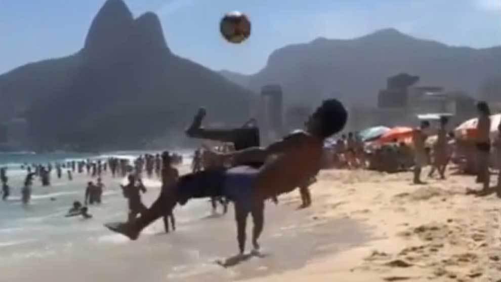 La rueda que hipnotiza a Copacabana: Todo sirve para que el balón no toque el suelo - Marca Claro México