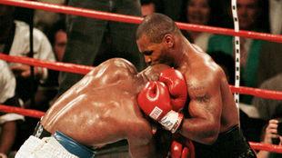 Tyson muerde en la oreja a Holyfield en un combate en 1997