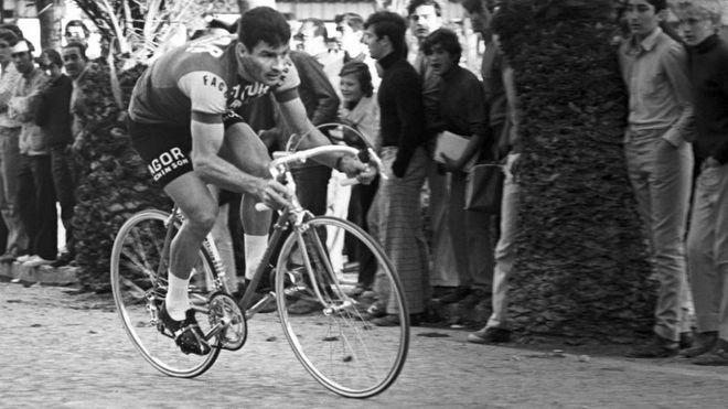 Raymond Poulidor, durante una etapa de la Vuelta Ciclista a España en...