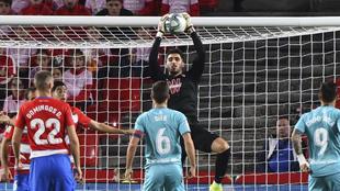 Rui Silva atrapa el balón en el Granada-Osasuna