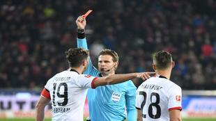 Felix Brych muestra la tarjeta roja a David Abraham en el partido ante...