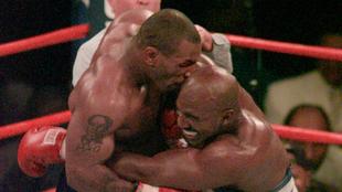 Tyson muerdió en la oreja a Holyfield en un combate en 1997.