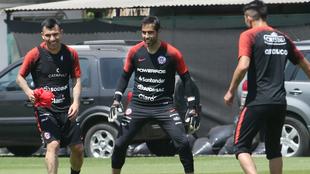 Medel y Bravo, en un entrenamiento con Chile