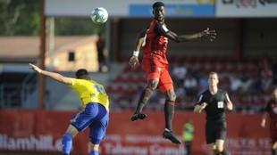 Iroko salta para despejar un balón en el partido ante el Cádiz.