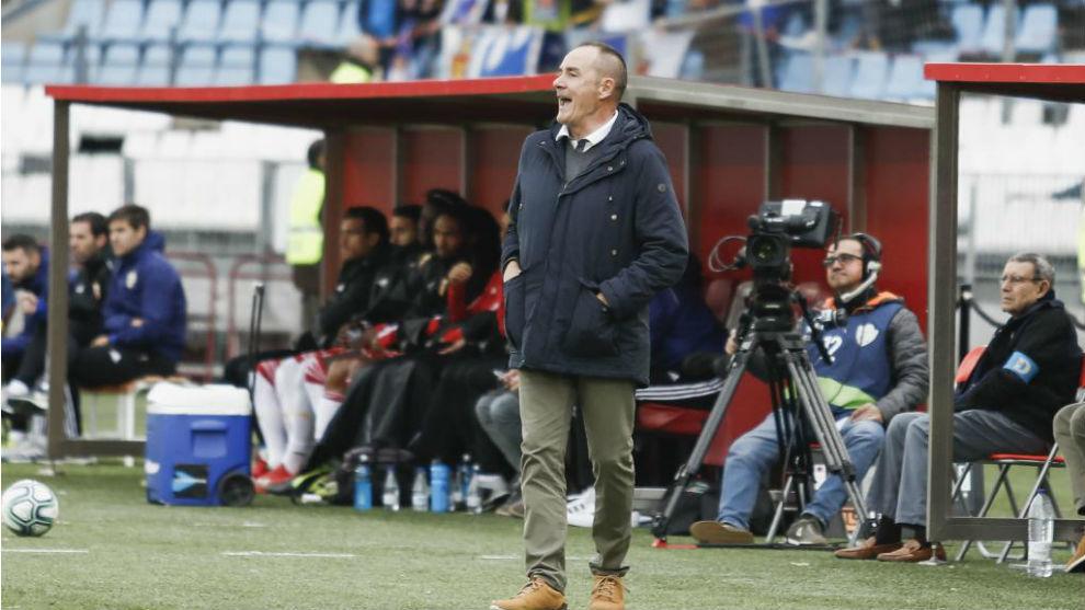Víctor da instrucciones en el partido ante el Almería.
