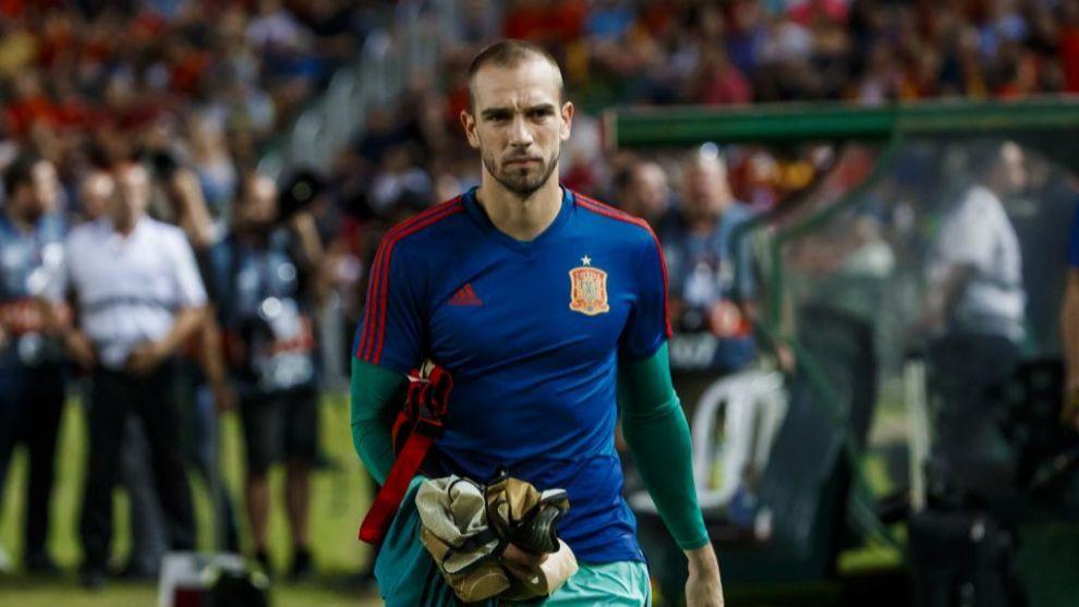 Pau López (24), antes del comienzo de un partido de la selección española.