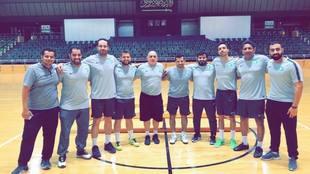 Luis Fonseca, en el centro de la imagen, junto al resto de su staff...