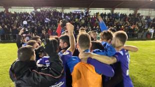 Futbolistas del Becerril celebran el pase a la siguiente fase de Copa...