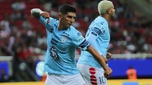Guzmán celebra un gol en el Estadio de Chivas.