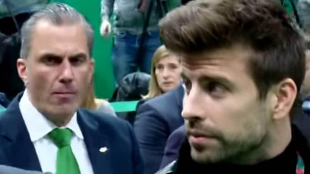 Javier Ortega Smith sentado detrás de Gerard Piqué en la presentación de Las Davis Cup by Rakuten Madrid Finals en la Caja Mágica de Madrid