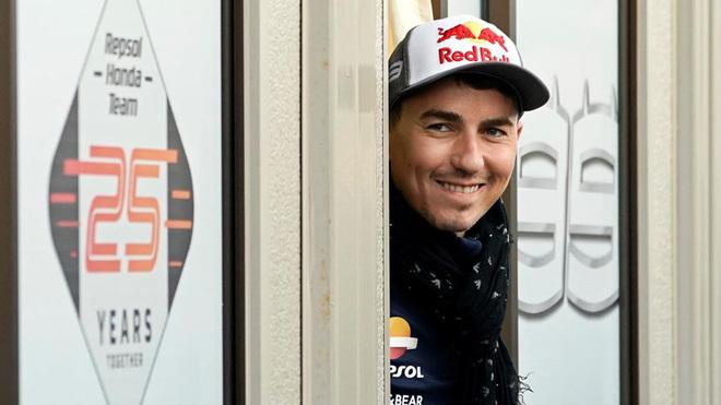 Jorge Lorenzo sonríe en un descanso en el Gran Premio de Japón