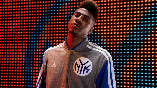 Iman Shumpert posa con al sudadera de los Knicks en un evento de...