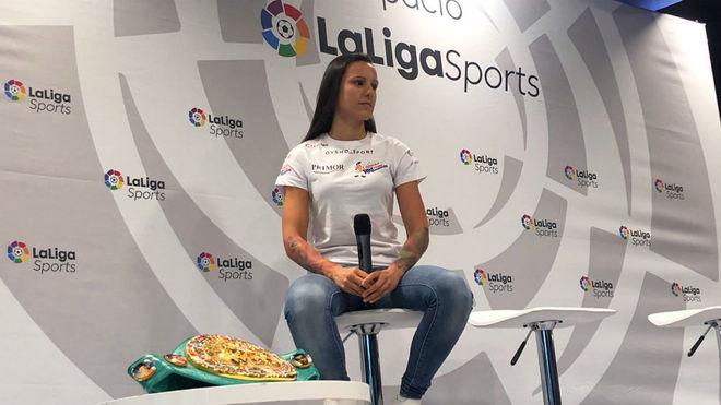 Joana Pastrana en la sede de LaLiga junto al título WBC Silver.