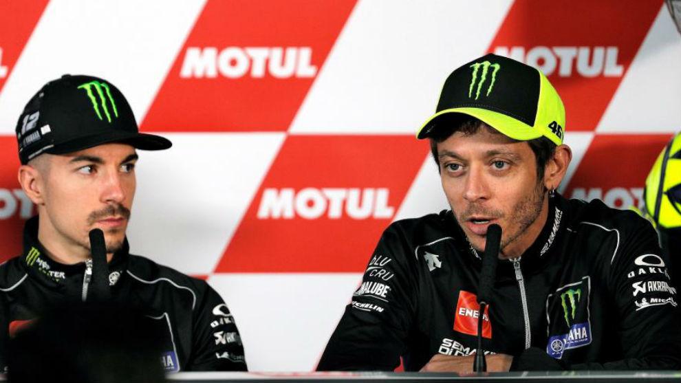 Rossi, junto a Viñales, en rueda de prensa en Cheste.