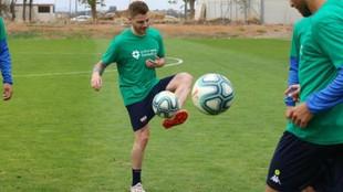 Diego Caballo, con el balón, durante un entrenamiento del Extremadura