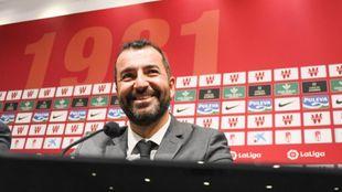 Diego Martínez (38) durante su acto de renovación con el club...