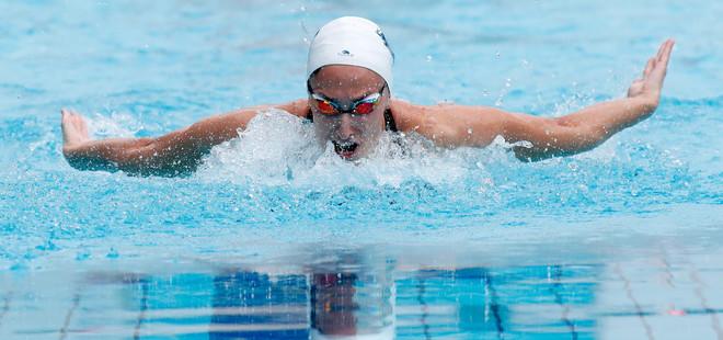 Lidón Muñoz, nadando la mariposa en la prueba de estilos.