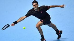 Federer intenta llegar a una pelota