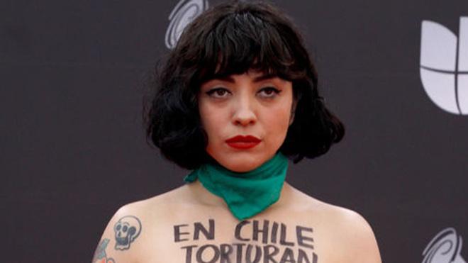 El topless de Mon Laferte en los Grammy Latinos como protesta por la...