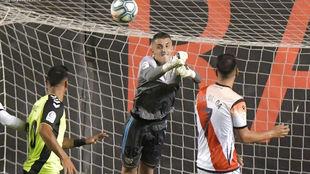 Morro despeja un balón de puños en su partido ante el Tenerife.