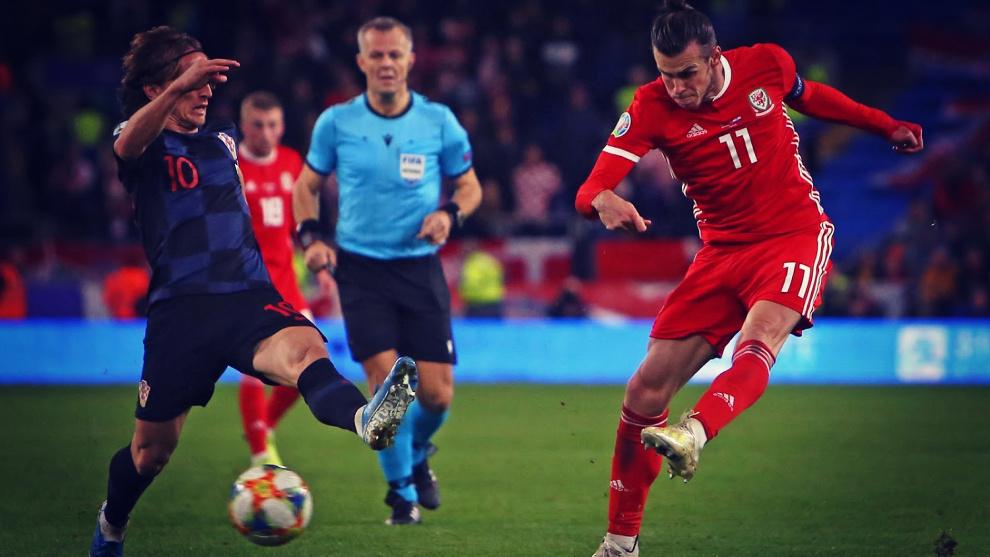 Bale dispara a portería durante el partido de Gales ante Croacia.