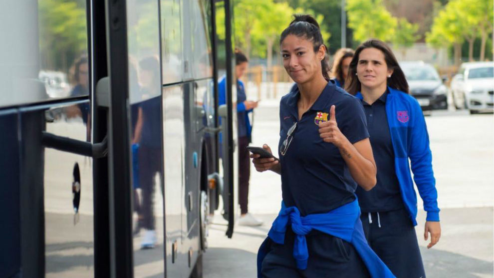 Varias jugadoras del Barcelona suben al autocar